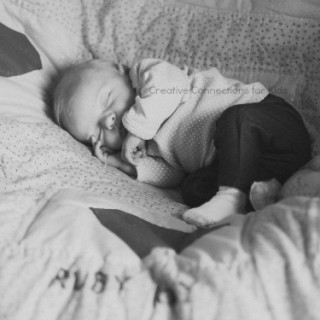 Photographing-your-baby-at-home-cozy-pose1